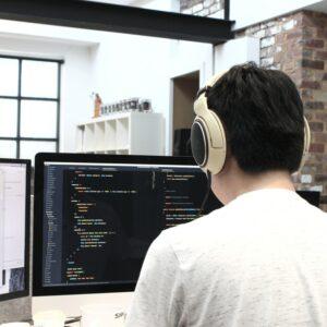Développeur travaillant sur un projet dans une agence digitale