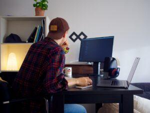 Développeur en train de travailler sur un ordinateur