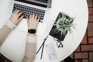Potentielle gérante d'un site e-commerce regardant les nouveautés PrestaShop
