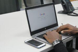 Internaute cherchant du contenu sur internet