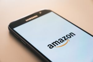 Smartphone affichant le logo Amazon