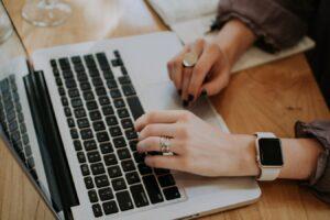Business woman cherchant des informations sur la liaison des ERP avec un CMS