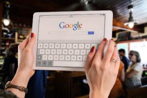 Personne allant chercher des informations sur Google