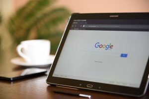 Tablette avec page web Google Search ouverte