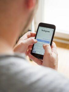 Jeune utilisateur se connectant à Instagram