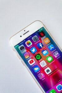 Smartphone contenant l'application Instagram et Facebook