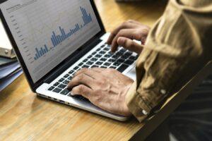 Business man surveillant ses statistiques