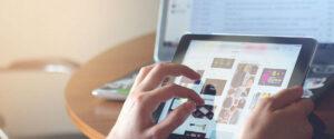 une personne achète en ligne avec sa tablette