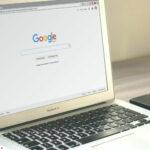 Un ordinateur avec une page d'accueil Google, posé sur un bureau