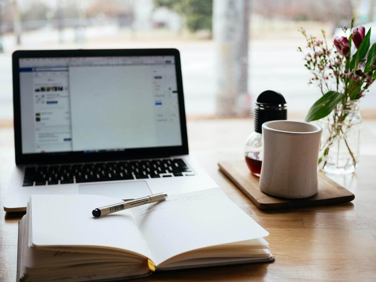ordinateur et carnet, création de contenu de qualité pour gagner des backlinks